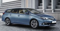 E180 Toyota Auris facelift: revised front, dash, touchscreen