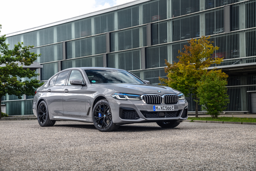 BMW 545e xDrive (2021, G30, seventh generation) photos