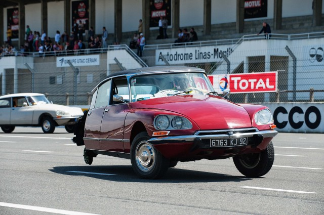 Citroen DS 60th anniversary meeting - driving without on rear wheel and tyre