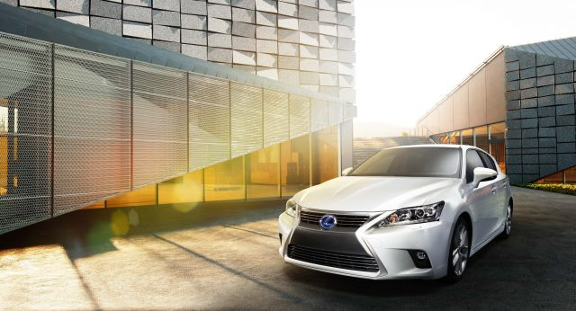 2014 Lexus CT200h facelift (white) - front