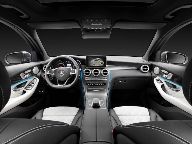 X253 Mercedes-Benz GLC350e 4Matic Edition 1 - interior, black and white leather