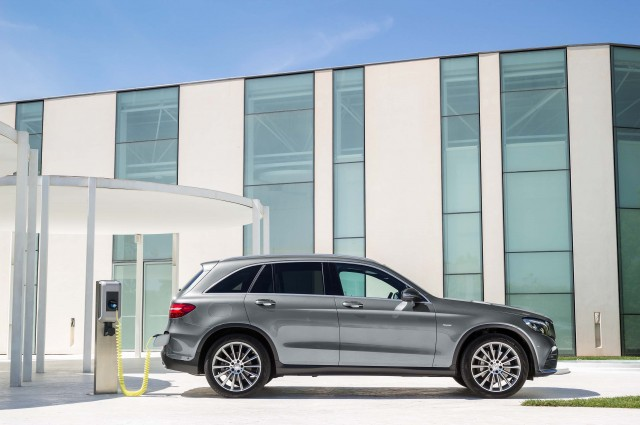 X253 Mercedes-Benz GLC350e 4Matic Edition 1 - side, static, outdoors