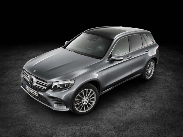 X253 Mercedes-Benz GLC350e 4Matic Edition 1 - front, studio