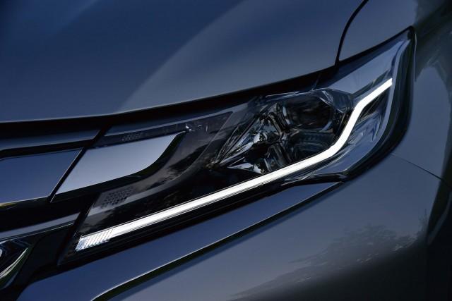 Mitsubishi Pajero Sport (third generation) - headlight