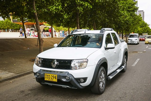 Renault Duster Oroch - white, front