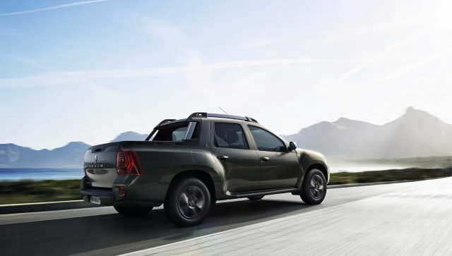 2015 Renault Duster Oroch - rear, action